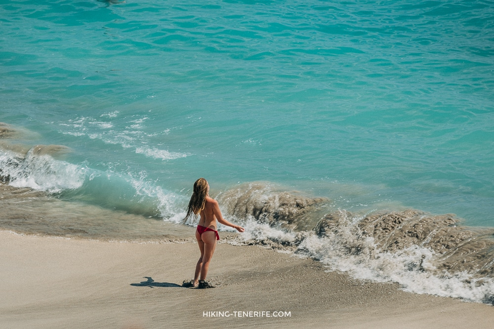 девкшка на пляже дель дюк тенерифе
