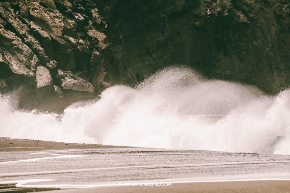 волна на пляже Тенерифе